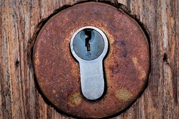 La pose d\'une serrure sur la porte d\'entrée